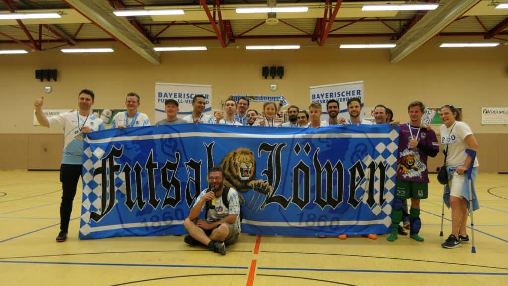 Mannschaft und Fans feiern Pokalsieg