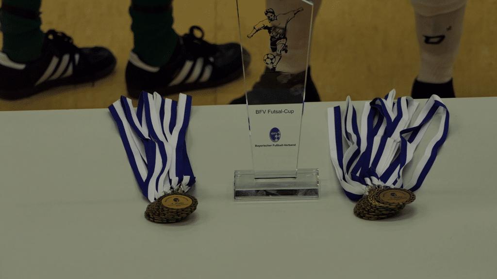 Medaillen und Pokal